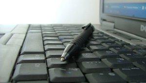 crayon-sur-clavier-ordinateur